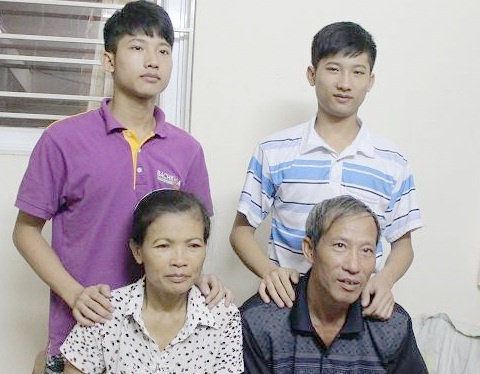 Gia dinh thu khoa ngheo DH Y sum hop trong can nha tien nghi hinh anh