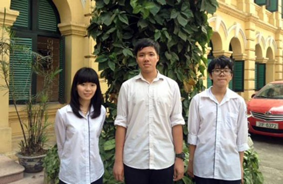 Bo ba hoc sinh Viet Duc gianh giai quoc te nho rom va go muc hinh anh 1 Quỳnh, Tùng và Quang (từ trái sang phải) đã được trao giải đặc biệt cho cống hiến giáo dục về kinh tế - môi trường và xã hội của SEAMEO.