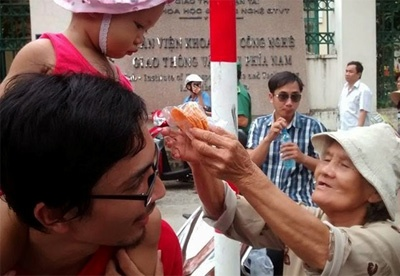 Buc anh cam dong cha cong con tuan hanh vi To quoc hinh anh