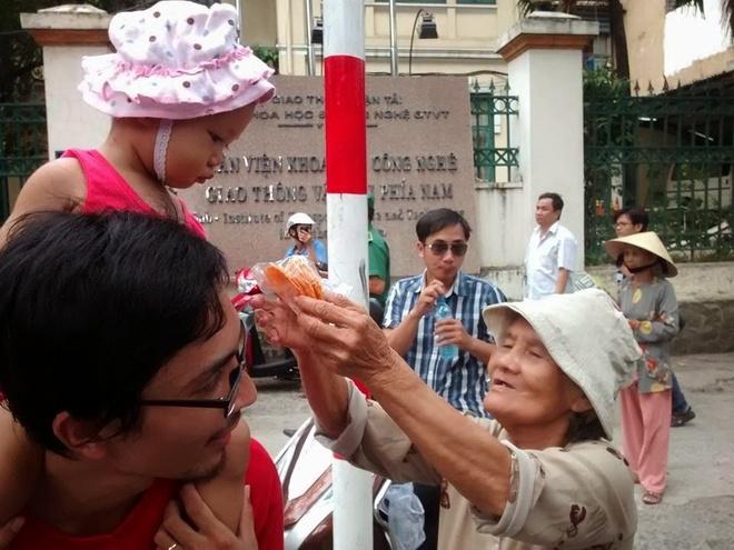 Buc anh cam dong cha cong con tuan hanh vi To quoc hinh anh 1 Tấm lòng từ bà cụ bên đường bán bánh. (Ảnh: NVCC).