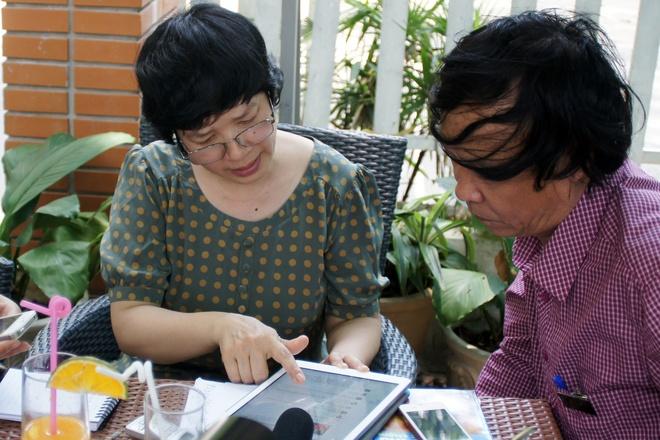 Clip ngam bai tho 'To quoc nhin tu bien' rung dong trai tim hinh anh 1 Nhà thơ Nguyễn Việt Chiến trong buổi gặp  gỡ cô giáo Trịnh Thu Tuyết.