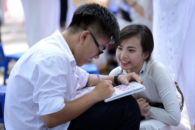 Nu sinh Phan Dinh Phung nghen ngao  trong phut chia tay hinh anh 13 Những dòng lưu bút viết vội.