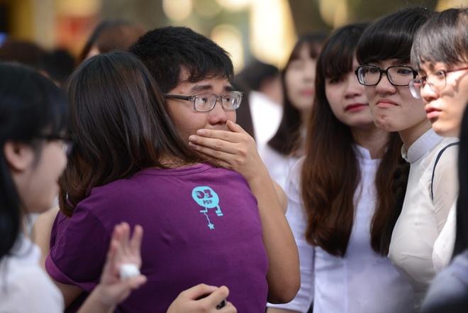Nu sinh Phan Dinh Phung nghen ngao  trong phut chia tay hinh anh 12
