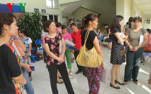 Nhiều phụ huynh chờ nghe công bố chỉ tiêu dành cho học sinh vào trường THPT Lương Thế Vinh Hà Nội.