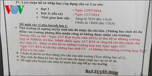 Trong thông báo hướng dẫn tuyển sinh của trường THPT Lương Thế Vinh ngày 12/7, phần chữ màu đỏ hướng dẫn cụ thể có dấu hiệu bị tẩy xóa số điểm trúng tuyển và được ghi thêm vào bằng chữ màu xanh.