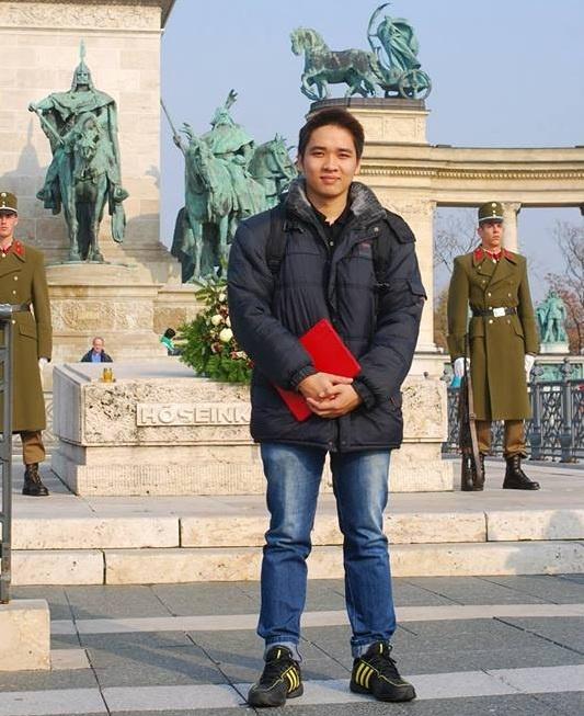 Bao chi Hungary ca ngoi giong hat 9X Viet 'son da ga' hinh anh 2 Chụp tại quảng trường anh hùng, địa danh nổi tiếng của thủ đo budapest