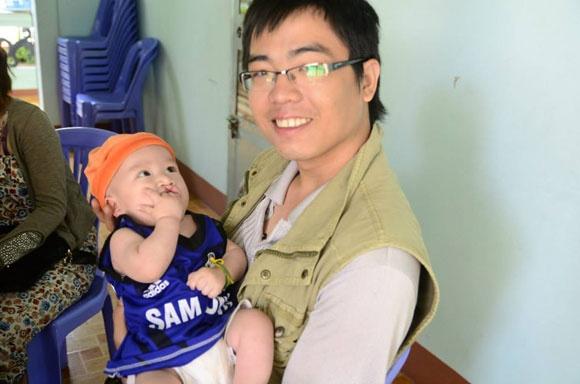'Nguoi cha' 9X xin sua me tang cho tre mo coi hinh anh 1 Lê Tuấn đến thăm các em nhỏ mồ côi.