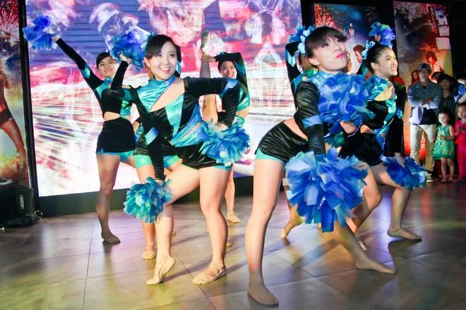 Tram Anh sanh doi JustaTee, Ha Lade le loi di xem phim hinh anh 9 Những cô gái từ Pinky Cheer Pooms mang đến những màn cổ vũ sôi động.