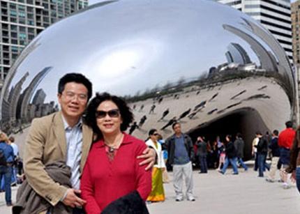 GS Ngô Bảo Châu và mẹ.