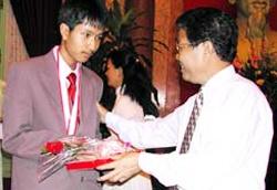 Nhung nguoi dat huy chuong toan quoc te dang lam gi, o dau? hinh anh 10 Chủ tịch nước Trần Đức Lương tặng quà cho Lê Hùng Việt Bảo.