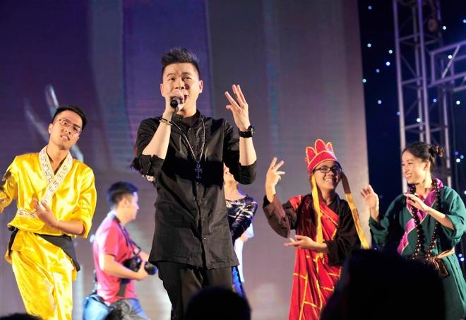 SV truong Bao dong Ton Ngo Khong di thue nha tro hinh anh 7 Ca sĩ Hoàng Tôn khiến hội trường gần như vỡ tung với fan hâm mộ đông đảo.