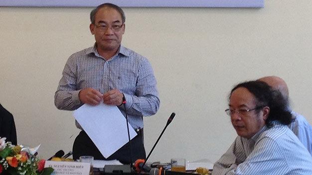 Theo Thứ trưởng Bộ GD-ĐT Nguyễn Vinh Hiển (trái): Người thẩm định SGK được Bộ trưởng Bộ GD-ĐT lựa chọn trên cơ sở các đơn vị, tổ chức giới thiệu từ các giảng viên đại học, giáo viên phổ thông, các nhà khoa học bộ môn, nhà khoa học giáo dục, cán bộ quản lý giáo dục.