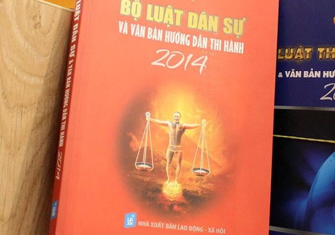 Luat su choang voi Cong Ly mac quan nho len bia sach luat hinh anh 1 Bìa sách Bộ luật dân sự và văn bản hướng dẫn thi hành 2014 có gương mặt của diễn viên hài Công Lý.