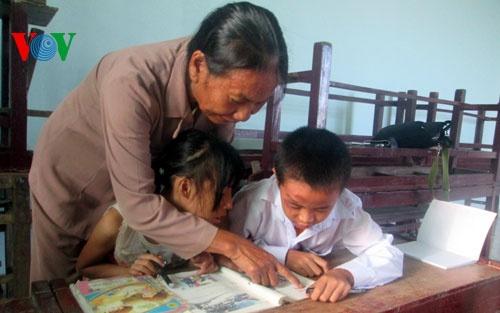 Cô Thông ân cần và kiên trì dạy các em có hoàn cảnh đặc biệt.