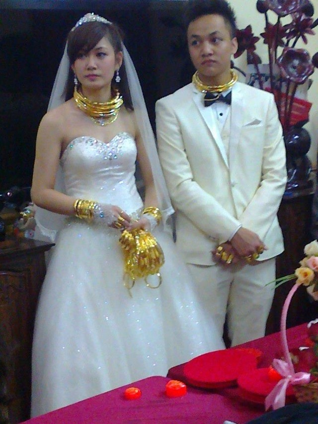 Do xa hoa, hoanh trang cua nhung dam cuoi Viet hinh anh 3 Vô số vòng vàng, lắc vàng trên người cô dâu, chú rể.