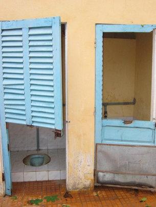 Nha ve sinh o truong: do, hoi den hai hung hinh anh 1 Nếu nhà vệ sinh trong trường học như thế này thì ai mà dám đi.