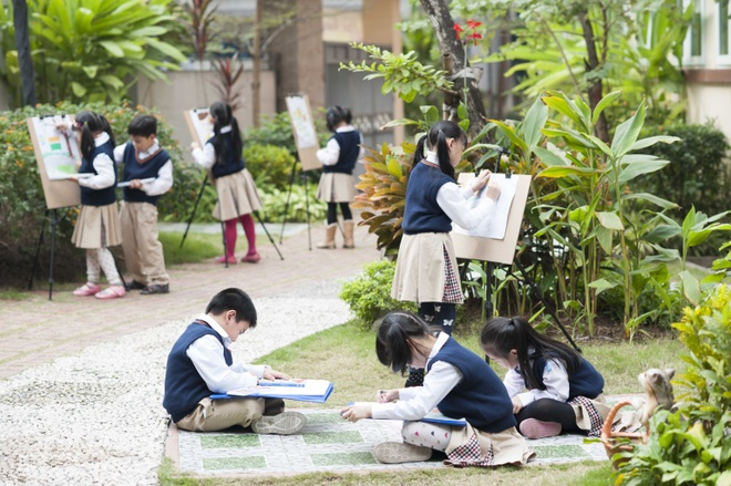 Trong một tiết học hội họa tại trường.
