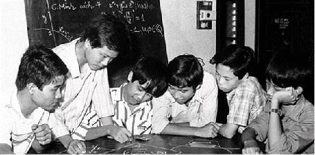 GS Ngô Bảo Châu (người đứng) cùng các bạn trong đội tuyển IMO.