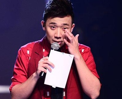 MC Tran Thanh bat khoc khi xem clip 7 hoc sinh danh ban hinh anh