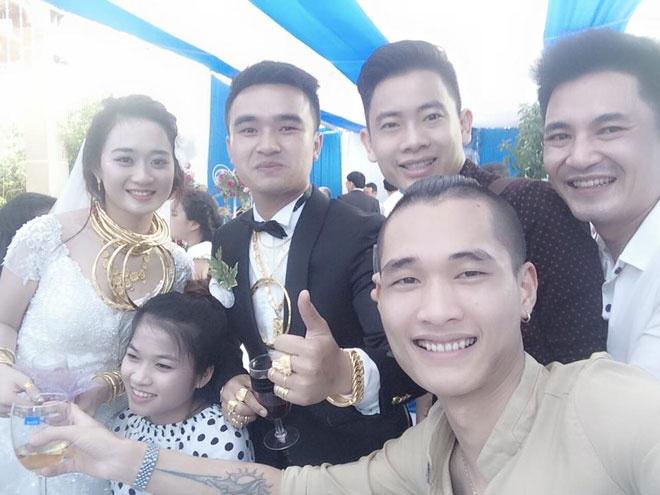 Hai dam cuoi vang deo triu co o Ha Tinh la anh em ruot? hinh anh 1 Cô dâu chú rể đeo đầy vàng đang chụp ảnh kỉ niệm cùng bạn bè.
