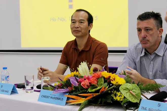Ông PGS.TS Lê Văn Hảo cùng Tổng hiệu trưởng trường Olympia chia sẻ trong hội thảo.