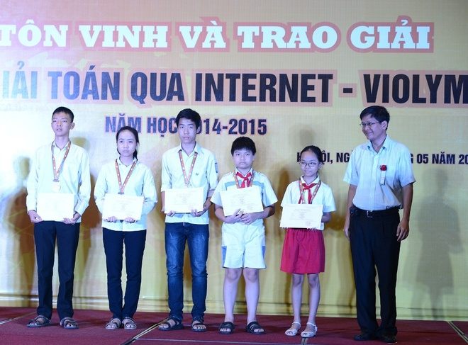 Vinh danh hoc sinh toan quoc dat giai cuoc thi ViOlympic hinh anh 2 Hoc sinh nhan giai Dong - Pho Hieu truong Truong DH FPT Phan Phuong Dat trao tang