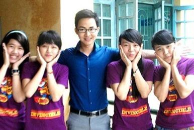 Thay giao hot boy tu van lam de thi Toan vao lop 10 hinh anh 1 Thầy giáo Lại Tiến Minh và học trò.