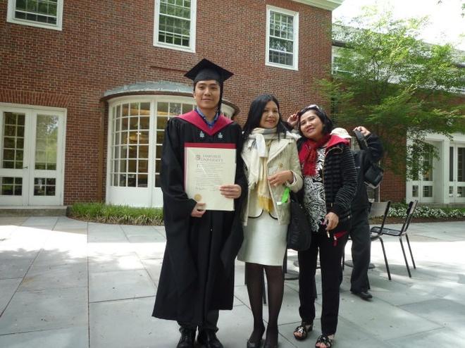 Trần Đắc Minh Trung (trái) chụp hình lưu niệm cùng người thân tại lễ tốt nghiệp hệ cao học Đại học Harvard vào năm 2014 .