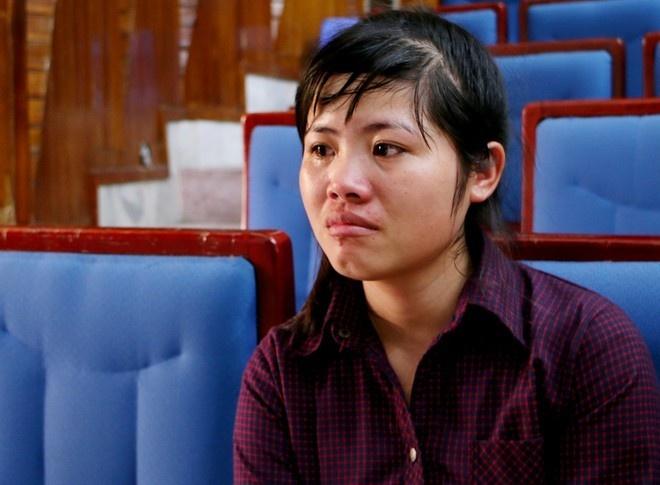 Co gai rua xe thue do hai truong dai hoc hinh anh 1 Phạm Thị Nhung bật khóc khi nhắc lại những câu chuyện buồn. Ảnh: Quyên Quyên.