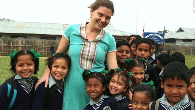 Co gai giup tre co nho hinh anh 1 Cô gái trẻ Maggie Doyne bên những thành viên của Nhà cô nhi ở thung lũng Kopila.