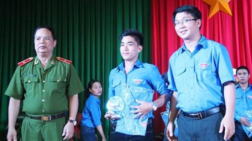 Trùng Dương (giữa) trong buổi lễ tuyên dương thanh niên hoàn lương tiêu biểu (Trong ảnh, Thiếu tướng Đỗ Tá Hảo - Cục trưởng Cục GD cải tạo và hòa nhập cộng đồng (Tổng cục VIII, Bộ Công an).