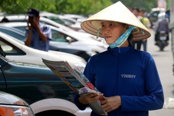Khi con trai khoc hinh anh 2 Bà Nguyễn Thị Tơ nuôi 3 con ăn học với xấp báo, xấp vé số trên tay.