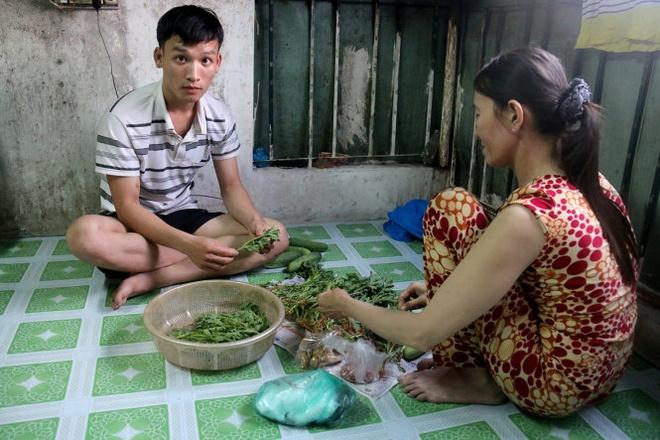 Khi con trai khoc hinh anh 1 Đỗ Tấn Huynh phụ mẹ lặt rau trong căn phòng trọ.