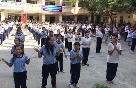 Phu huynh buc xuc vi hoc sinh diem kem phai lam bai duoi co hinh anh 1 Ngôi trường xảy ra sự việc phê bình HS gây bức xúc cho phụ huynh hai tuần qua và hình ảnh HS trong giờ tập thể dục giữa giờ.