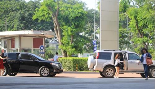Sinh vien quy toc, ho la ai? hinh anh 1 Khác hẳn sinh viên con nhà nghèo, nhiều sinh viên trường RMIT đến giảng đường với xe ô tô sang.