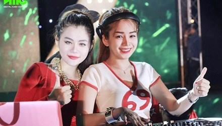 Goc khuat nghe DJ: Dang sau con sot ao hinh anh 1 DJ nữ ngoài tài năng âm nhạc có thể phô diễn vẻ đẹp hình thể của bản thân, được đấng mày râu ưu ái hơn (Trong ảnh: DJ Hồng Phấn và DJ Tiểu My).
