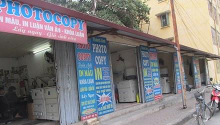 Một dãy quán photocopy trên đường Xuân Thủy (Cầu Giấy) chuyên nhận làm thuê các loại luận văn, khóa luận tốt nghiệp.