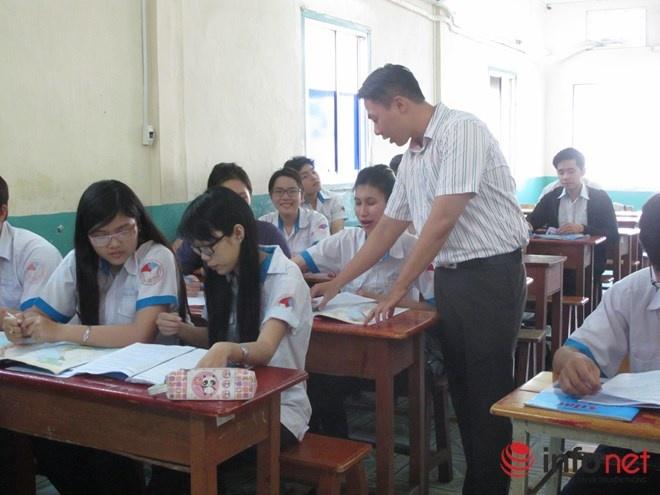 Giao vien chan nghe va co che '3 doc' hinh anh 1 Quá lệ thuộc vào sách giáo khoa và tài liệu giảng dạy.