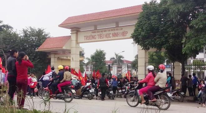 Hoc sinh Ninh Hiep duoc cho tien de nghi hoc hang loat? hinh anh