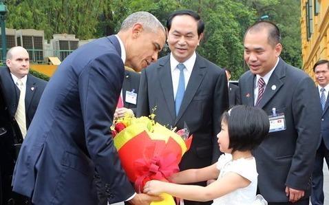 Be gai Viet tang hoa Tong thong Obama o Phu Chu tich hinh anh