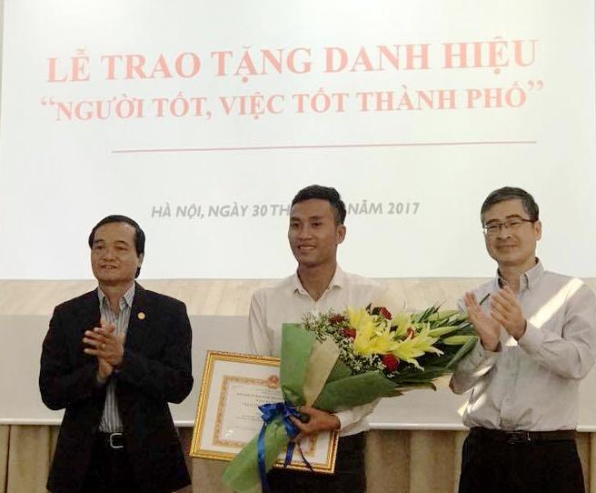 Chu tich Ha Noi tang bang khen cho sinh vien chay Grab tra 320 trieu hinh anh