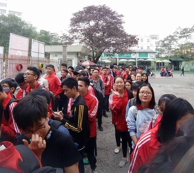 Sinh vien DH Bach khoa Ha Noi xep hang cho xem U23 Viet Nam thi dau hinh anh 2