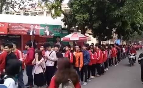 Sinh vien DH Bach khoa Ha Noi xep hang cho xem U23 Viet Nam thi dau hinh anh