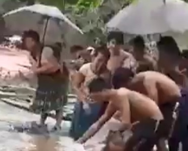 Xin kinh phi xay cau de hoc sinh khong phai qua suoi bang tui nylon hinh anh 1