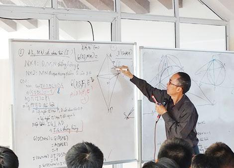 Thay giao Le Ba Khanh Trinh: Luon co mot loi giai cua Chua, nhung... hinh anh 1