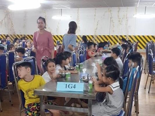Phụ huynh tranh luận về trường Newton cho học sinh ăn ở hầm gửi xe