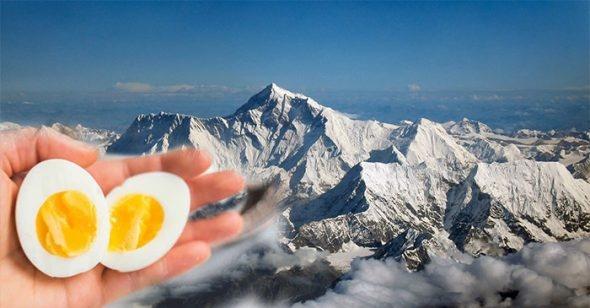 Vi sao nau com tren dinh nui cao 5.000 m khong the chin? hinh anh 1