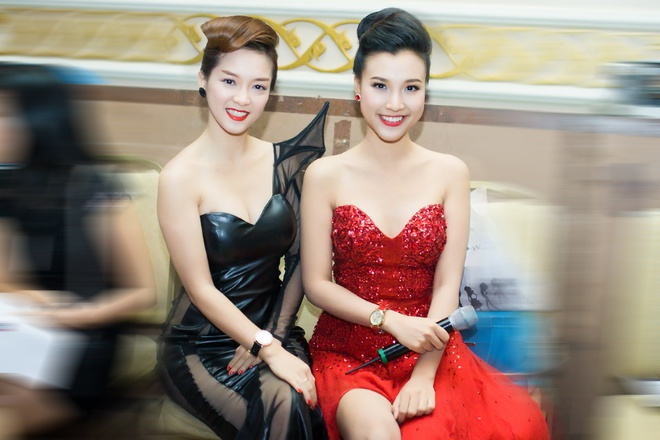 Dinh Huong - Hoang Oanh dua nhau dien vay xe cao sexy hinh anh