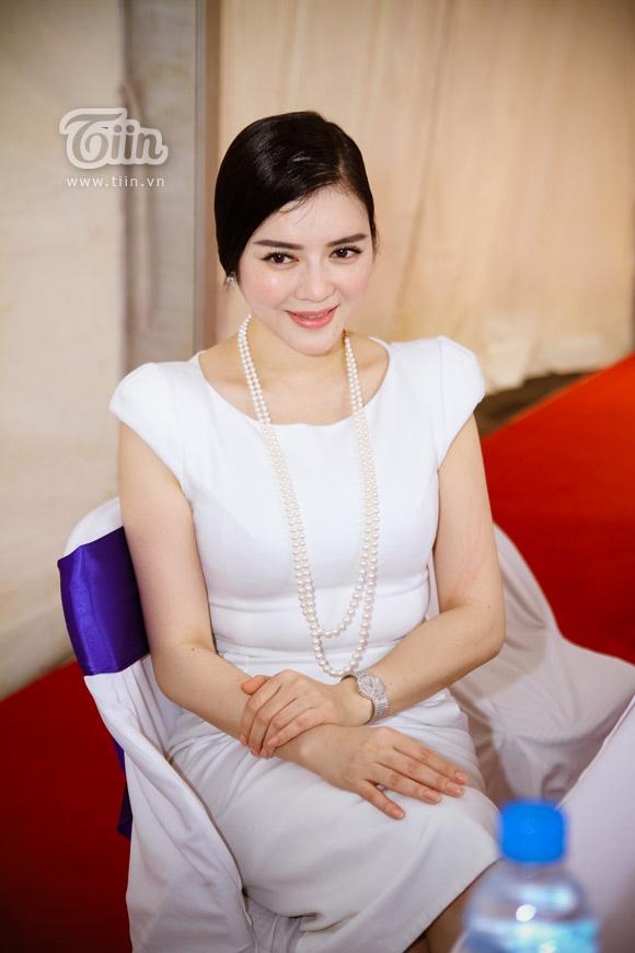 Chung Thuc Quyen mac ho phan cam lot nhom sao xau tuan qua hinh anh 5