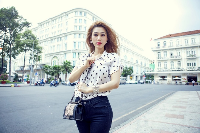 Dinh Phuong Anh xuong pho voi tui Chanel 140 trieu dong hinh anh 6